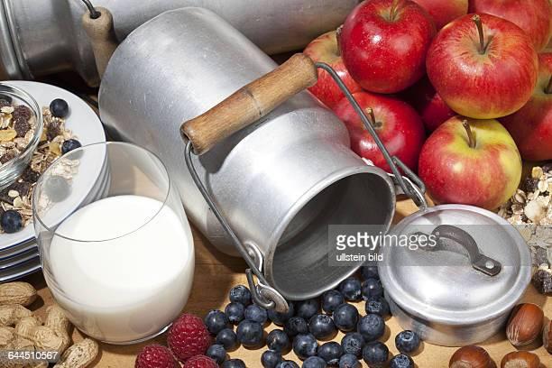 Verschiedene Fruechte Milch und Cerealien |Various fruits milk and cereal|