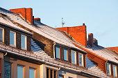 Verschneites Dach, Dachfenster, Schornsteine