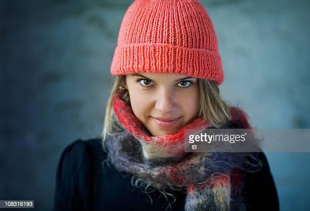 Molto attraente ragazza che indossa un cappello e sciarpa