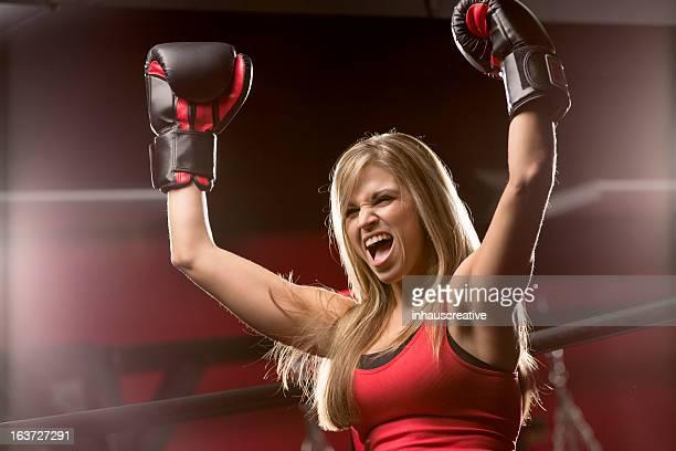 En forme femme soulevant les mains dans la victoire