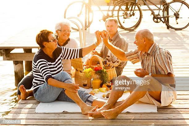 Sehr glücklich Rentner genießen Picknick