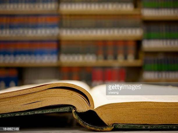 Muy antiguo libro en la biblioteca de derecho