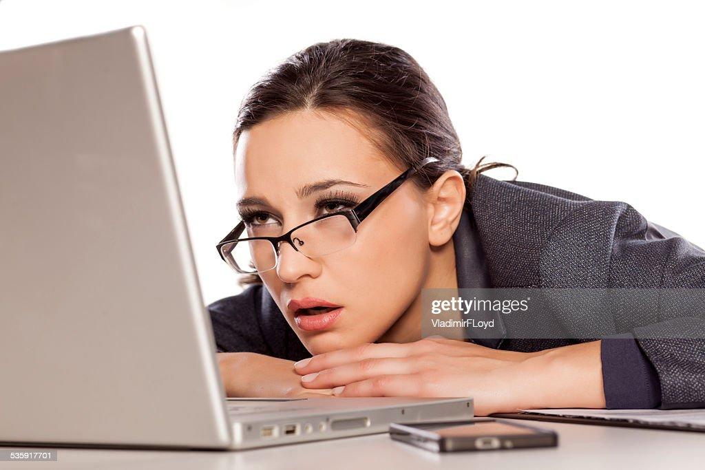 Muy sleepy y cansado mujer de negocios con computadora portátil : Foto de stock
