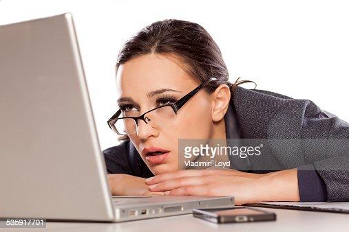 Muito sonolento, cansado Mulher de negócios com computador portátil : Foto de stock