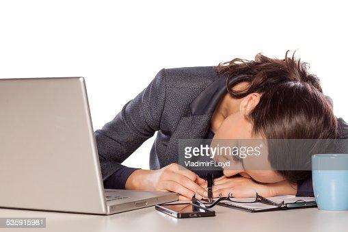 """Mujer de negocios muy cansado en el """"sleep mode"""", en un ordenador portátil : Foto de stock"""