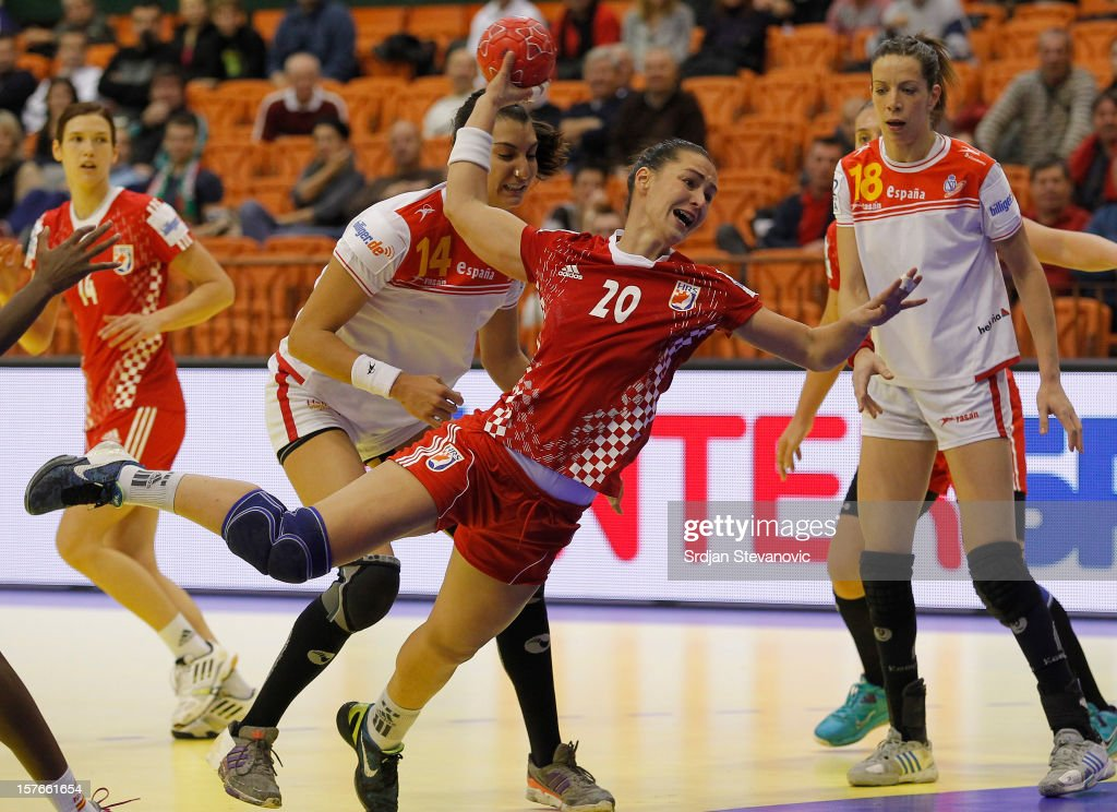 Vesna Milanovic (C) of Croatia scores a goal near Begona Fernandez (R) of Spain during the Women's European Handball Championship 2012 Group C match between Spain and Croatia at Spens Hall on December 05, 2012 in Novi Sad, Serbia.