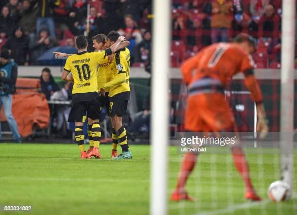 FUSSBALL VfB Stuttgart Borussia Dortmund 2 Henrikh Mkhitaryan Erik Durm und PierreEmerick Aubameyang freuen sich ueber die erneute Fuhrung Torwart...