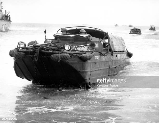 Véhicule amphibien sortant de l'eau durant les exercices militaires à Eastney Southsea RoyaumeUni le 17 mai 1954
