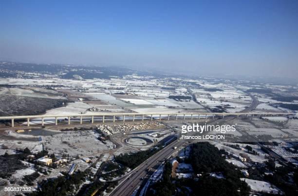 Viaduc sur la ligne du TGV et autoroute A7 sous la neige en 2001 France