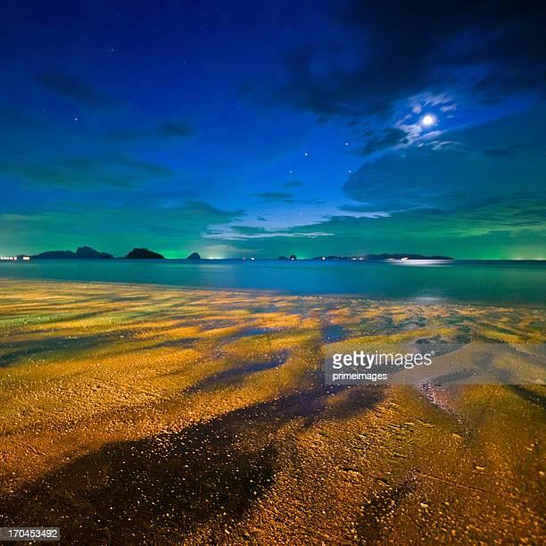 Nachthimmel über dem schönen tropischen Strand