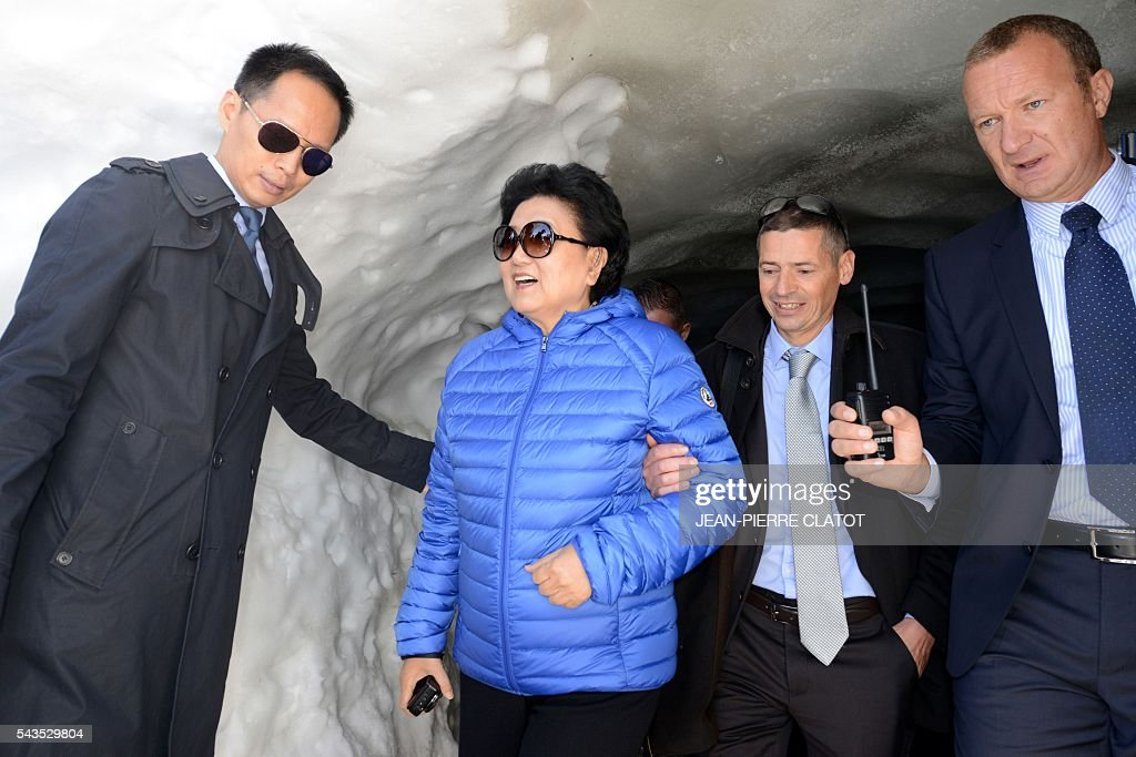 Vice Premier of China, Liu Yandong (C-L) listens to Mathieu Dechavanne (R), Director of 'La Compagnie du Mont-Blanc' which runs the ski resorts and tourist sites of the Chamonix-Mont Blanc valley, during Liu Yandong's visit on June 29, 2016 at the top of the Aiguille du Midi mountain above Chamonix, French Alps. / AFP / JEAN