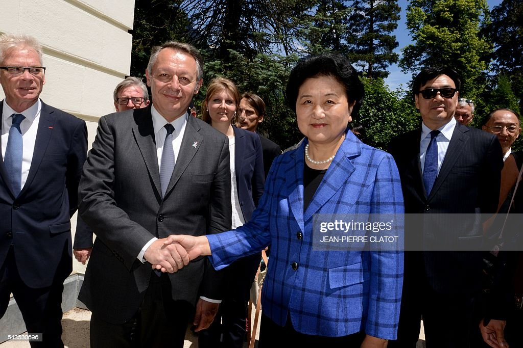Vice Premier of China, Liu Yandong (C-R) poses with French Minister for Sports Thierry Braillard (L) during a visit to the city of Chamonix Mont-Blanc on June 29, 2016, as part of Liu Yandong's visit to sign a cooperation agreement on winter sports. / AFP / JEAN