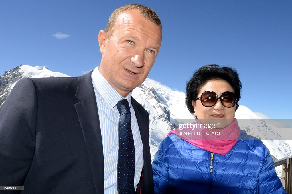 Vice Premier of China, Liu Yandong (R) poses with Mathieu Dechavanne, Director of 'La Compagnie du Mont-Blanc' which runs the ski resorts and tourist sites of the Chamonix-Mont Blanc valley, during Liu Yandong's visit on June 29, 2016 at the top of the Aiguille du Midi mountain above Chamonix, French Alps. / AFP / JEAN