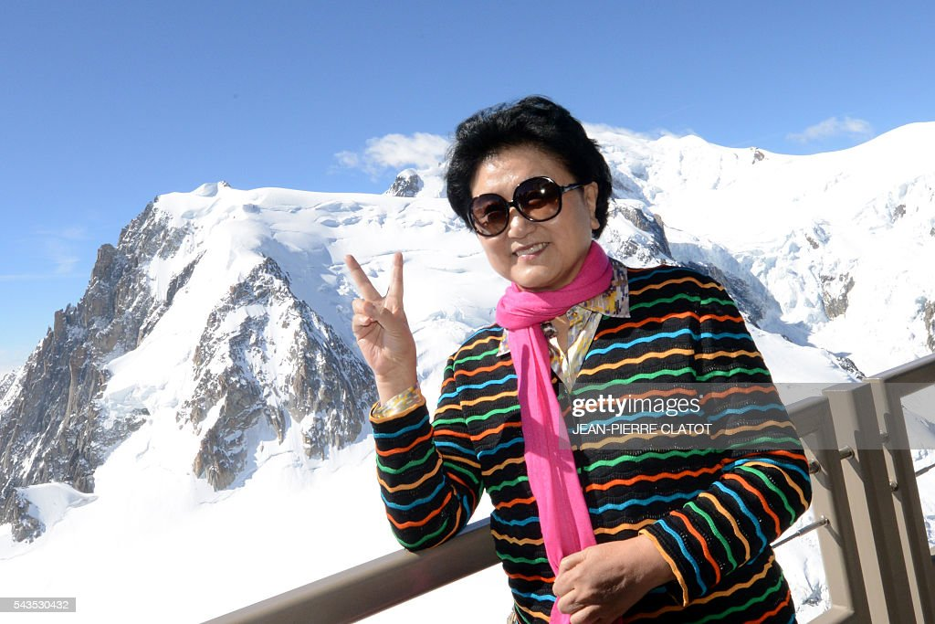 Vice Premier of China, Liu Yandong poses with the Mont-Blanc peak in background, during her visit on June 29, 2016 at the top of the Aiguille du Midi mountain above Chamonix, French Alps. / AFP / JEAN