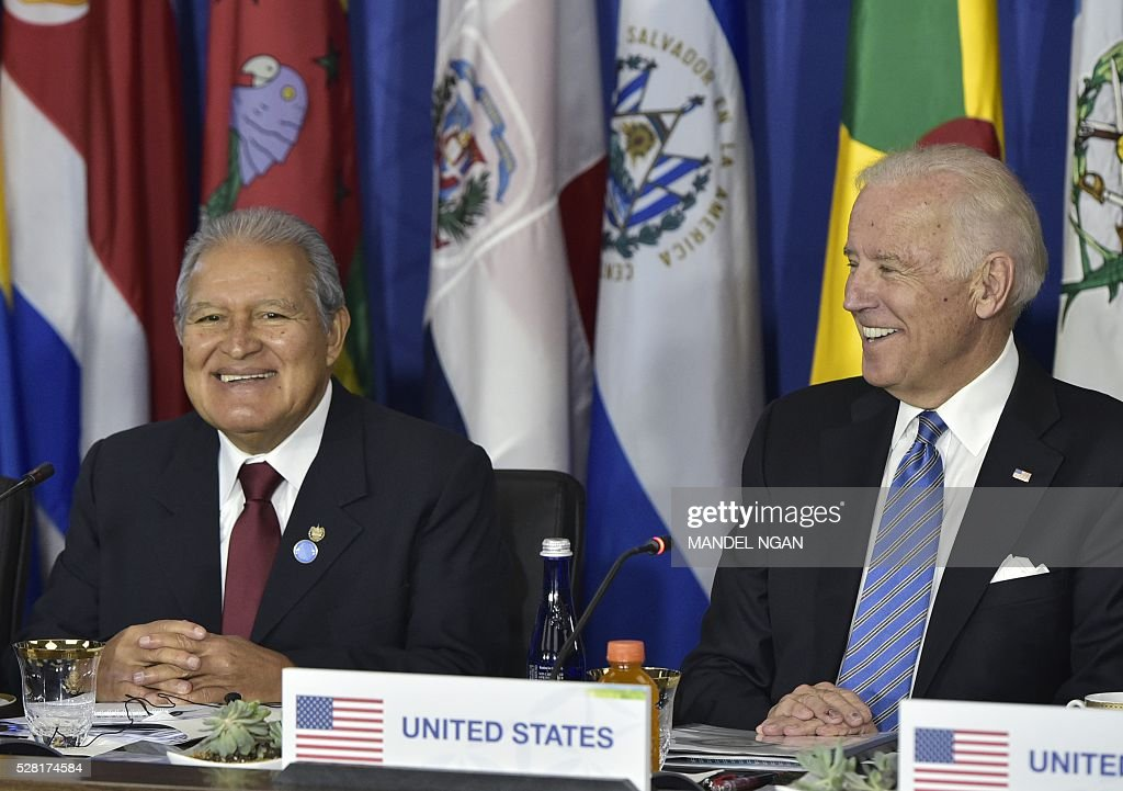 US Vice President Joe Biden (R) and El Salvador President Salvador S��nchez Cer��n take part in a meeting with Central American heads of delegations during the US, Caribbean, Central American Energy Summit at the State Department in Washington, DC on May 4, 2016. / AFP / MANDEL