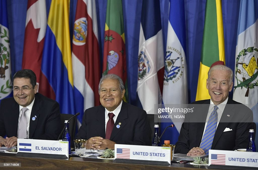 US Vice President Joe Biden (R) takes part in a meeting with Central American heads of delegations during the US, Caribbean, Central American Energy Summit at the State Department in Washington, DC on May 4, 2016. Honduras President Juan Hernandez, and El Salvador President Salvador S��nchez Cer��n. / AFP / MANDEL
