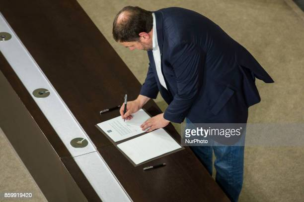 Vice President of Catalonia Oriol Junqueras signs the proposal for declaration of independence In Barcelona on October 10 of 2017