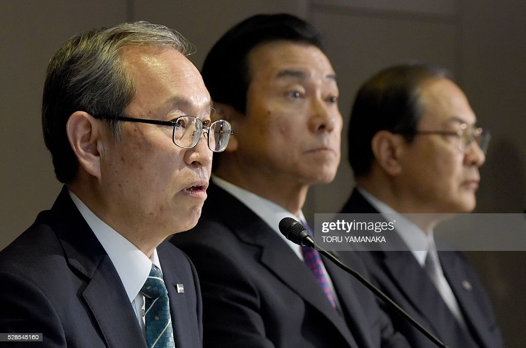 Vice President of Japan's Toshiba Corporation Satoshi Tsunakawa (L) answers questions beside Vice President Shigenori Shiga (C) and President Masashi Muromachi (R) during a press conference at the headquarters in Tokyo on May 6, 2016. Tsunakawa will assume new Toshiba president and Shiga will be chairman after the shareholders meeting in June. / AFP / TORU