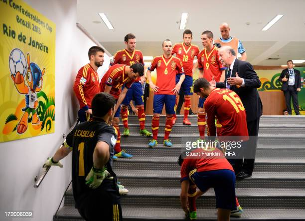Vicente Del Bosque head coach of Spain talks to his players at halftime during the FIFA Confederations Cup Brazil 2013 Final match between Brazil and...