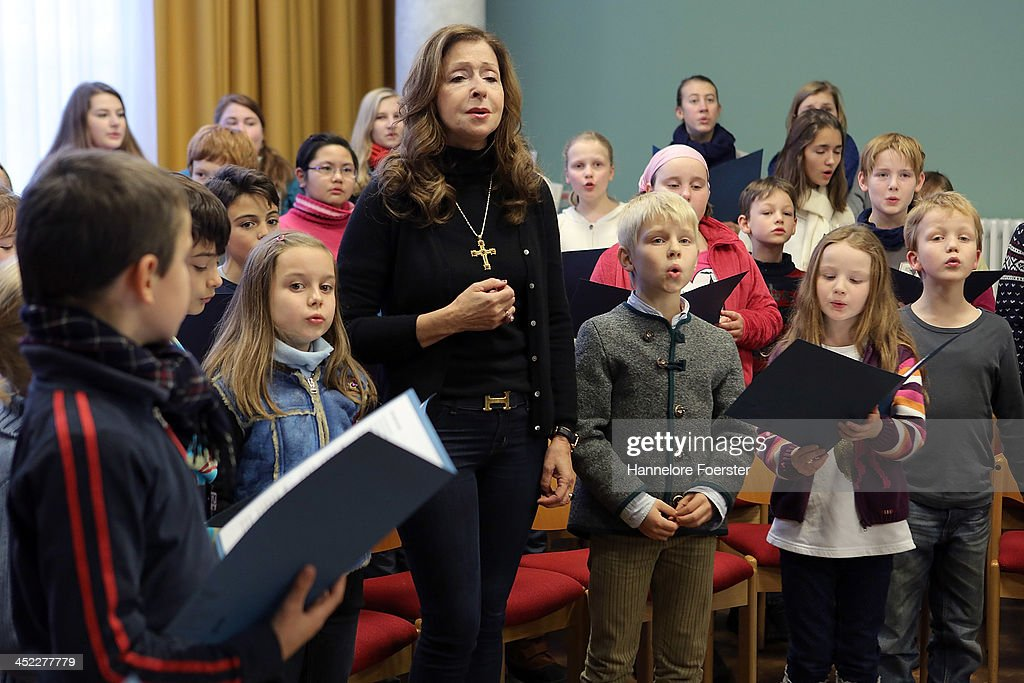 <a gi-track='captionPersonalityLinkClicked' href=/galleries/search?phrase=Vicky+Leandros&family=editorial&specificpeople=652595 ng-click='$event.stopPropagation()'>Vicky Leandros</a> rehearses with the Kinderchor der Domsinschule at the Christmas market at Roemerberg square on its opening day on November 27, 2013 in Frankfurt, Germany. Christmas markets, which traditionally sell mulled wine, stollen cake, Christmas tree ornaments and other crafts and are an essential part of German Christmas tradition, open across the country this week.