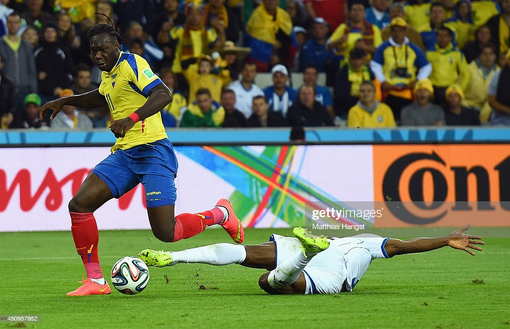 <a gi-track='captionPersonalityLinkClicked' href=/galleries/search?phrase=Victor+Bernardez&family=editorial&specificpeople=2952273 ng-click='$event.stopPropagation()'>Victor Bernardez</a> of Honduras tackles Jerry Bengtson of Honduras during the 2014 FIFA World Cup Brazil Group E match between Honduras and Ecuador at Arena da Baixada on June 20, 2014 in Curitiba, Brazil.