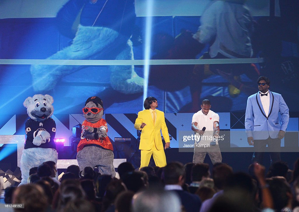 Victor Cruz (2nd from R), Shaquille O'Neal (far R) and mascotts speak onstage at the Third Annual Hall of Game Awards hosted by Cartoon Network at Barker Hangar on February 9, 2013 in Santa Monica, California. 23270_003_JK_0757.JPG