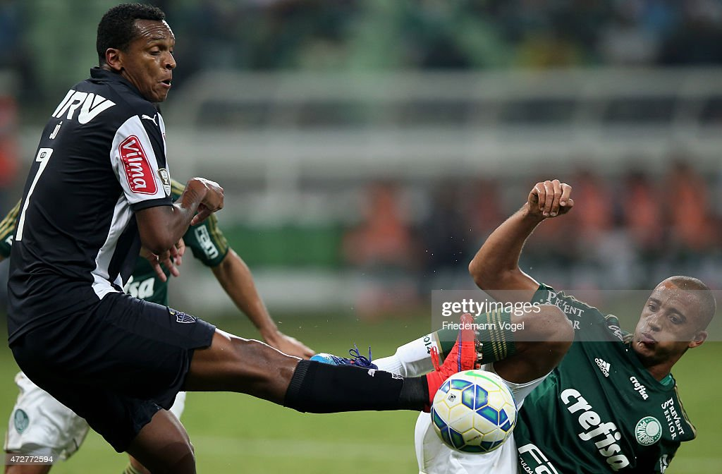 <a gi-track='captionPersonalityLinkClicked' href=/galleries/search?phrase=Victor+Hugo&family=editorial&specificpeople=96226 ng-click='$event.stopPropagation()'>Victor Hugo</a> (R) of Palmeiras fights for the ball with Jo (L) of Atletico during the match between Palmeiras and Atletico MG for the Brazilian Series A 2015 at Allianz Parque on May 9, 2015 in Sao Paulo, Brazil.