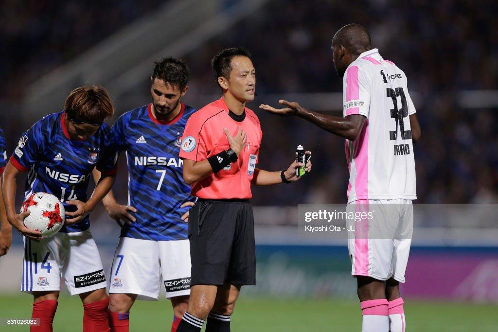 Victor Ibarbo of Sagan Tosu protests to referee Jumpei Iida during the J.League J1 match between Yokohama F.Marinos and Sagan Tosu at Nippatsu Mitsuzawa Stadium on August 13, 2017 in Yokohama, Kanagawa, Japan.