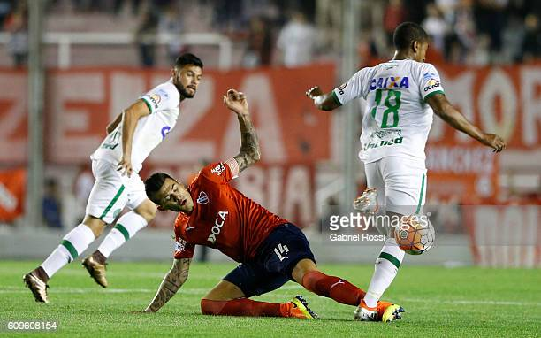 Victor Leandro Cuesta of Independiente fights for the ball with Matheus Biteco of Chapecoense during a first leg match between Independiente and...