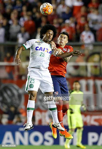 Victor Leandro Cuesta of Independiente fights for the ball with Everton Kempes of Chapecoense during a first leg match between Independiente and...
