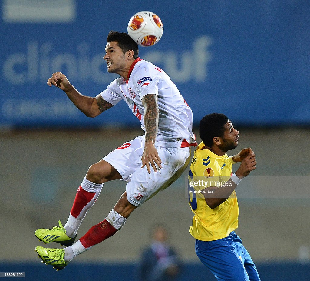 Victor Machin (L) of Sevilla FC is challenged by Babanco of Estoril Praia during the UEFA Europa League group stage match between Estoril Praia and Sevilla FC held on September 19, 2013 at the Antonio Coimbra Da Mota Stadium, in Estoril, Portugal.