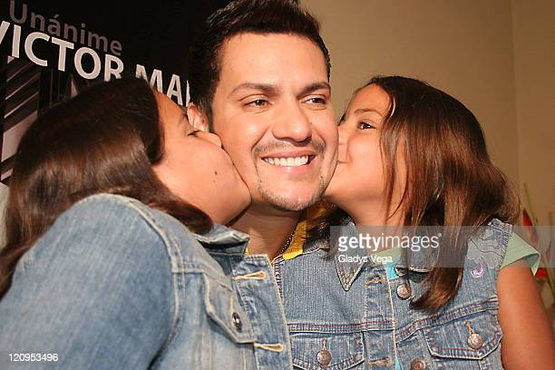Victor Manuelle with his daughters Yanishkamar and Kinayshamar