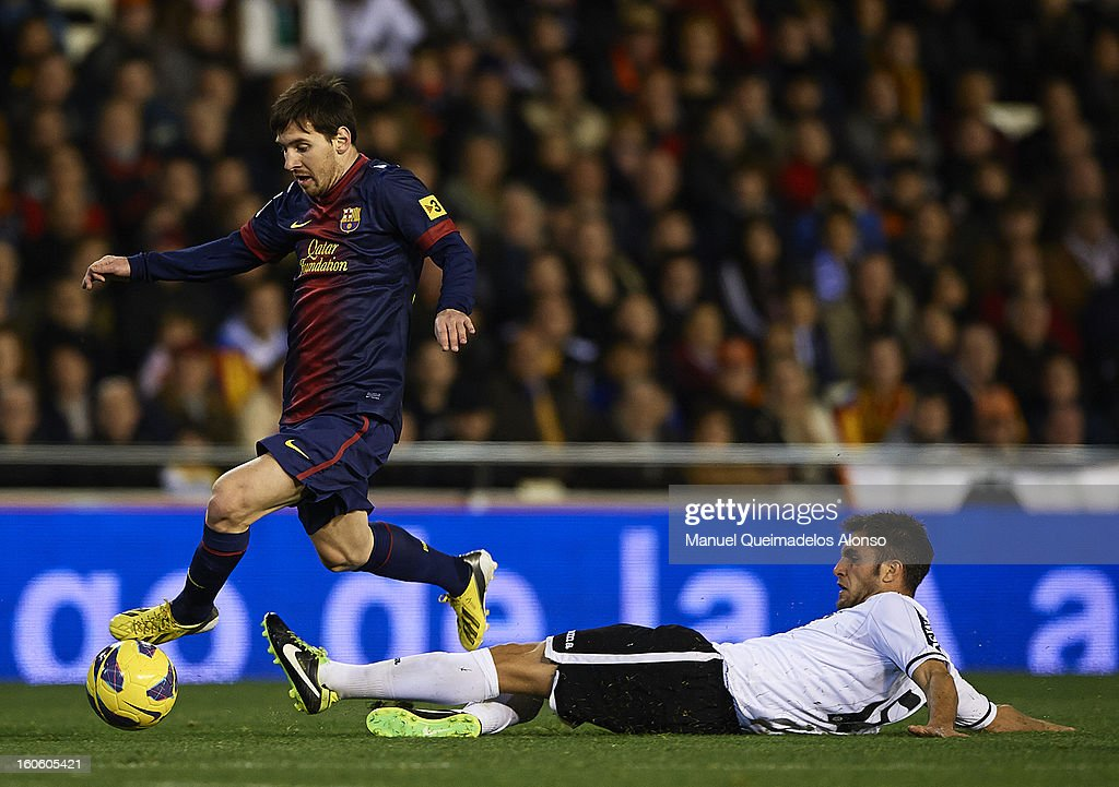 Victor Ruiz (R) of Valencia competes for the ball with <a gi-track='captionPersonalityLinkClicked' href=/galleries/search?phrase=Lionel+Messi&family=editorial&specificpeople=453305 ng-click='$event.stopPropagation()'>Lionel Messi</a> of Barcelona during the La Liga match between Valencia and Barcelona Estadio Mestalla on February 3, 2013 in Valencia, Spain.
