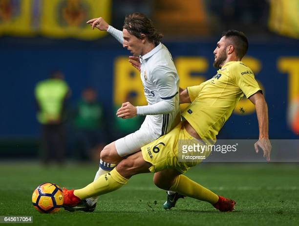 Victor Ruiz of Villarreal competes for the ball with Luka Modric of Real Madrid during the La Liga match between Villarreal CF and Real Madrid at...