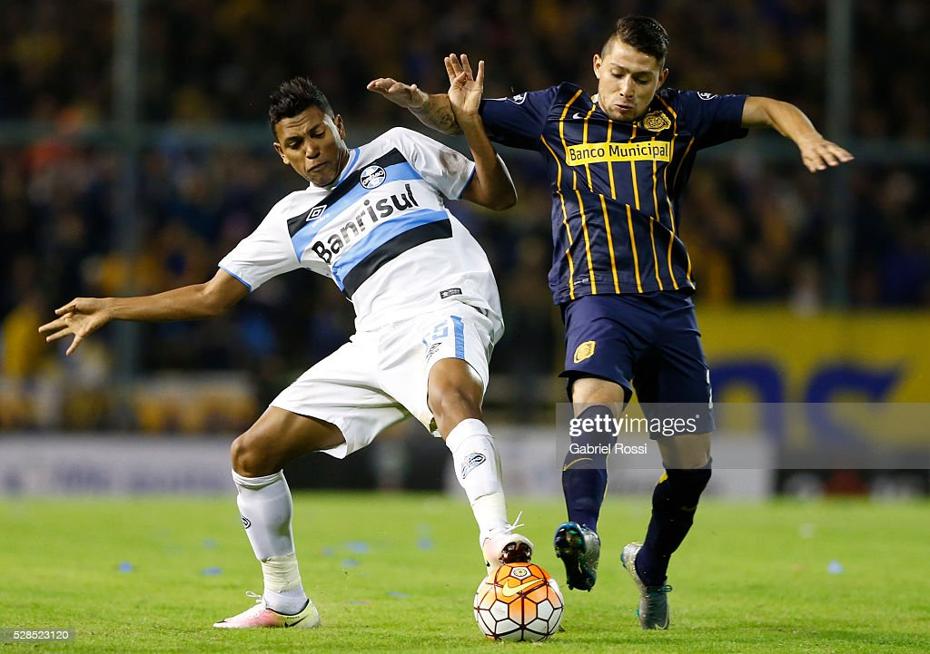Victor Salazar of Rosario Central (R) fights for the ball with Pedro Rocha of Gremio (L) during a second leg match between Rosario Central and Gremio as part of Copa Bridgestone Libertadores 2016 as part of round of 16 of Copa Bridgestone Libertadores 2016 at Gigante de Arroyito Stadium on May 05, 2016 in Rosario, Argentina.