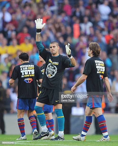 Victor Valdes of Barcelona wears a shirt that reads 'We will play our hearts out' as he waves to supporters at the end of the La Liga match between...