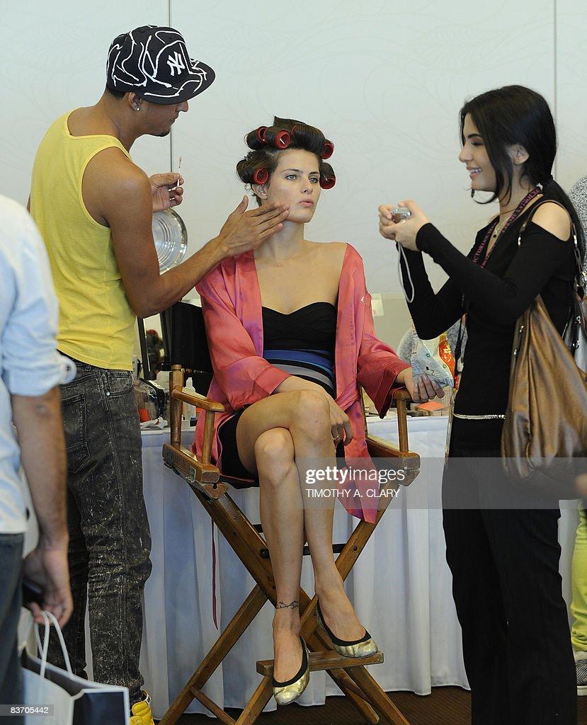 victoria s secret supermodel gets made up backstage at the