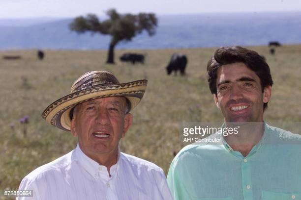 Victorino Martin pose pour le photographe en compagnie de son fils le 30 mai 2000 à Las Tiesas / AFP PHOTO / CHRISTOPHE SIMON