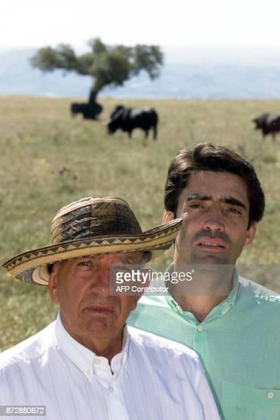 Victorino Martin torero de 71 ans pose pour le photographe en compagnie de son fils 38 ans le 30 mai 2000 à Las Tiesas leur propriété en bordure du...