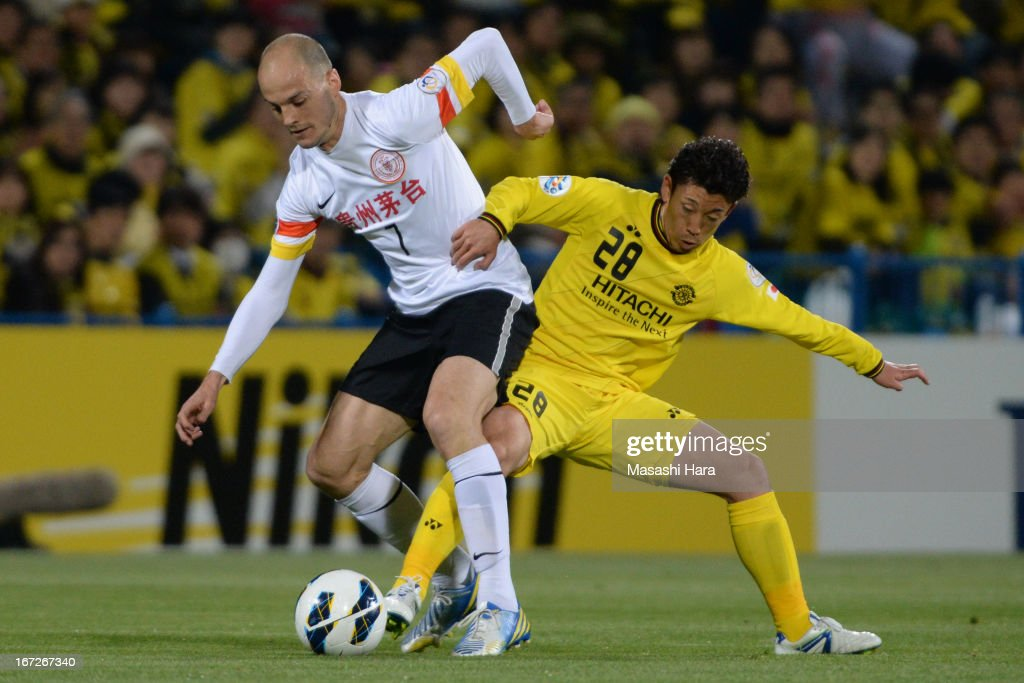 Victorino Rivas Alvaro #7 of Guizhou Renhe (L) and Ryoichi Kurisawa #28 of Kashiwa Reysol compete for the ball during the AFC Champions League Group H match between Kashiwa Reysol and Guizhou Renhe at Hitachi Kashiwa Soccer Stadium on April 23, 2013 in Kashiwa, Japan.