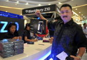 Victory shows his new Blackberry Z10 phone he bought at the BlackBerry launch event at a shopping mall in Jakarta on March 15 2013 BlackBerry...