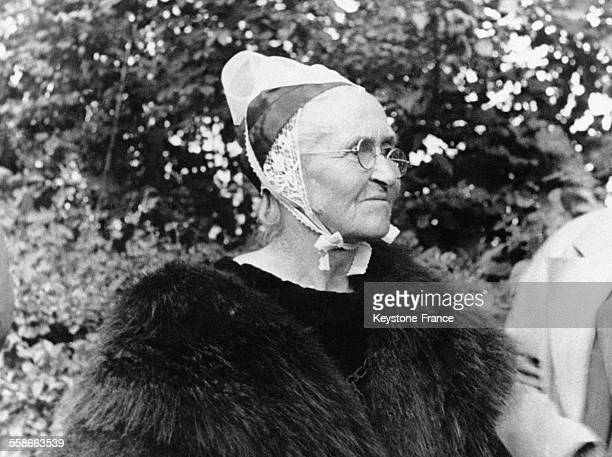Vieille femme bretonne portant la coiffe traditionnelle en dentelle en France