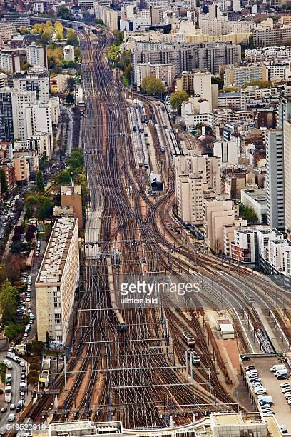 Viele Schienen der französischen Eisenbahn vor einem Bahnhof in Paris Frankreich