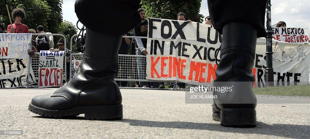 Residentes en Austria se manifiestan contra el Presidente mexicano Vicente Fox en el castillo de Hofburg para una reunion con su contraparte austriaca Heinz Fischer en la vispera del comienzo de la IV Cumbre de la UE, Latinoamerica y el Caribe en Viena, el 11 de mayo de 2006.