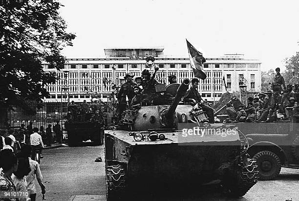 A Vietcong tank takes up a position in front of the presidential palace of the USbacked Southern Vietnamese regime 30 April 1975 in Saigon on the day...