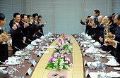 Vietnam Prime Minister Nguyen Tan Dung and Keidanren President Fujio Mitarai exchange opinions during their lunch meeting at Keidanren headquarters...