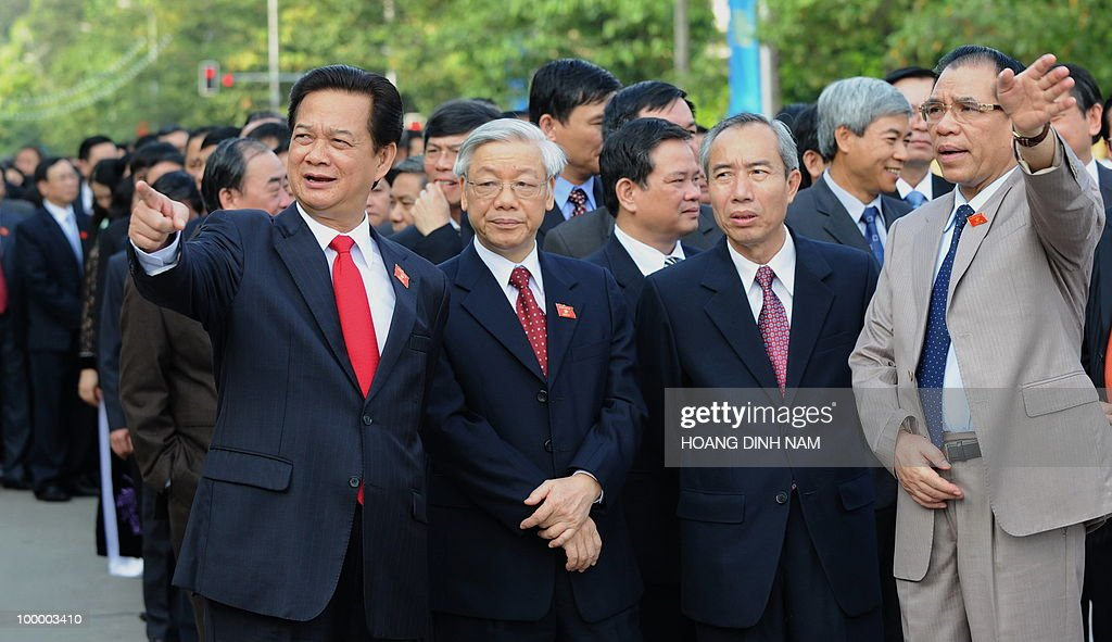 Vietnamese communist party Secretary General Nong Duc Manh (R), Prime Minister Nguyen Tan Dung (L) gesture while National Assembly Chairman Nguyen Phu Trong (2L) looks on as they prepare, along with others delegates to pay hommage to late president Ho Chi Minh at his mausoleum prior to the opening of the National Assembly's summer session in Hanoi on May 20, 2010. Vietnam's communist-dominated legislature is to consider adopting a 'more humanitarian' method of executing criminals, at its month-long session, according to an official document. AFP PHOTO/HOANG DINH Nam