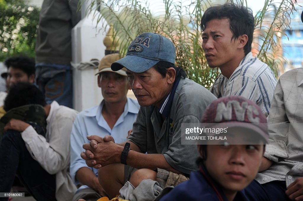 Vietnamese fishermen sit on shore after they were detained at sea by the Thai Royal Marine Police in Thailand's province of Narathiwat on February 14, 2016. The Thai police said they arrested 31 Vietnamese fishermen off the coast of southern Narathiwat province for illegally fishing in Thai waters. AFP PHOTO / MADAREE TOHLALA / AFP / MADAREE TOHLALA