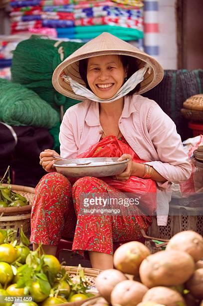 Mujer sonriente vietnamita hawker