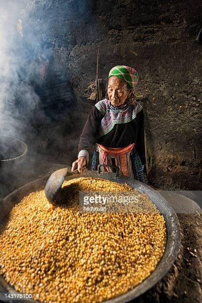 Vieille femme vietnamienne de fleur Hmong Tribe préparation de maïs vin